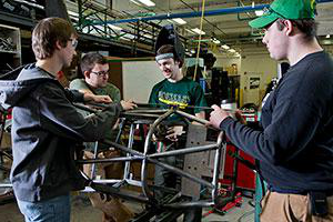 Members of Clarkson's SAE方程式 SPEED team work on parts 和 components for their race car in the 速度 lab